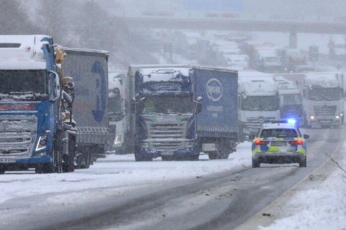 Auf der A 4 ging für Stunden auf den beiden rechten Fahrspuren nichts mehr. Die festgefahrene Schneedecke bremste Lastwagen aus.