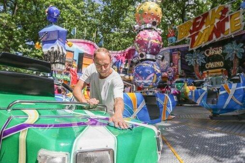 Auch Frank Reichelt vom Fahrgeschäft Break Dance war am Mittwoch bei den letzten Vorbereitungen für das Stadtparkfest.