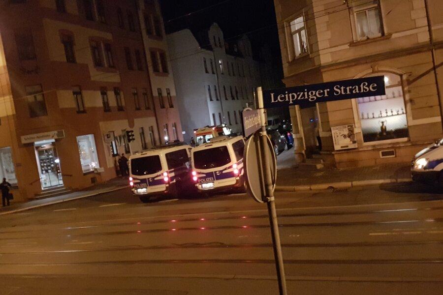 In einem kneipenähnlichen Privatraum (rechts im Bild) an der Leipziger Straße kamen am Freitagabend laut Polizei etwa 50 bis 75 Personen zu einem Konzert.