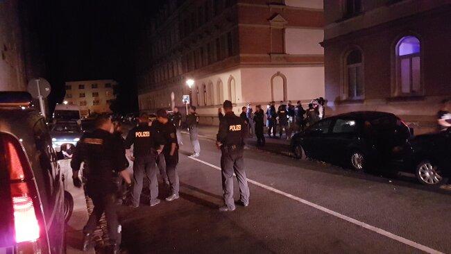 Etwa zwei Dutzend Polizeibeamte waren im Einsatz. Sie stellten die Identitäten von zehn Personen fest.