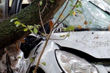 Bei einem tragischen Verkehrsunfall auf der Straße zwischen Burgstädt und dem Lunzenauer Ortsteil Cossen ist am Freitag eine 24-jährige Autofahrerin ums Leben gekommen.