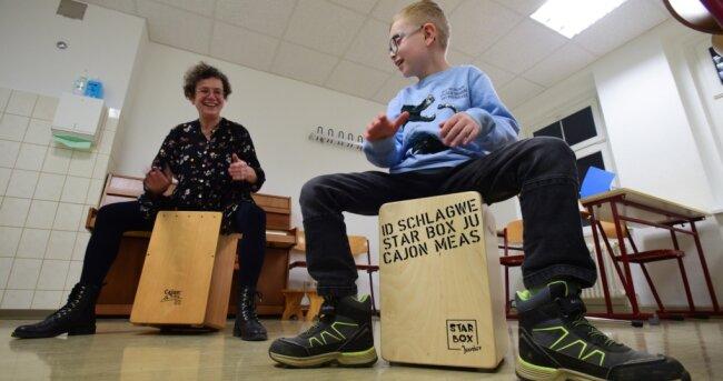 Einzelunterricht war während der Coronakrise kurzzeitig wieder möglich: Musiklehrerin Karla Schönfeld trommelt mit Leon Sabotta (7).