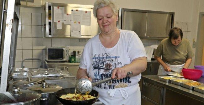 Verona Seidel ist die gute Fee am Herd der Löffelstube. Sie kocht heute 60 Portionen Festessen.