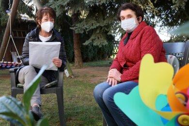 Martina Kretschmer (links) und Birgit Rupprecht schmieden Pläne. Weil sich momentan nur Angehörige zweier Hausstände treffen können, fehlt Organisatorin Sabine Ludwig bei dieser Besprechung.