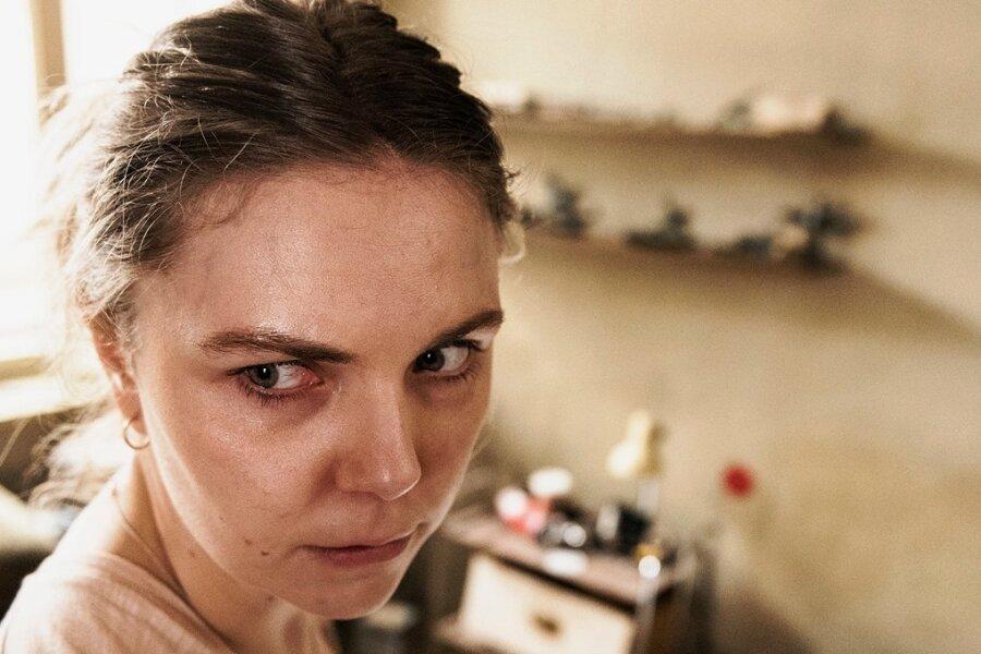 In Hab-Acht-Stellung: Ella Jung (Ricarda Seifried) hat kein Zuhause mehr und sucht Unterschlupf bei einem Fremden.