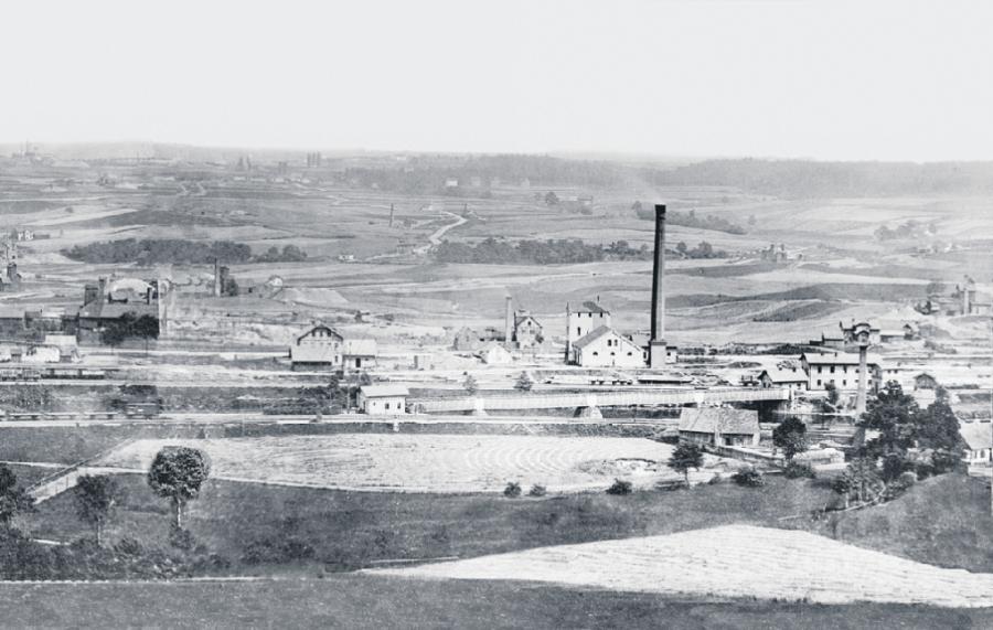 Der große Schornstein gehört zum Wasserhaltungsschacht II. Diese Aufnahme - Teil eines Panoramofotos - entstand 1878.