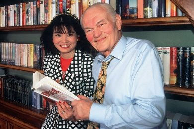Heinz G. Konsalik und seine Lebensgefährtin Ke Gao posieren am 10.04.1996 in Salzburg (Österreich) vor einem Regal, in dem alle Bücher des Erfolgsautors aufbewahrt werden.