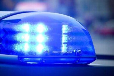 In der Nacht zum Sonntag sind Unbekannte in eine Bäckerei in Raschau eingestiegen. Die Polizei prüft, ob die Täter zwei Männer sind, die in derselben Nacht beim Einbruch in einer weiteren Bäckerei gestellt wurden.