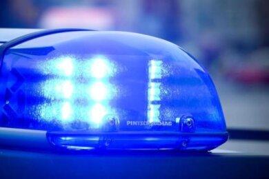 In Bad Brambach, Treuen und Reichenbach haben Beamte am Wochenende drei Haftbefehle vollstreckt. Gesucht wurden die Männer wegen gefährlicher Körperverletzung, Betrug und mehr.