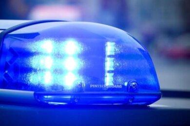Unbekannte haben aus einer Lagerhalle in Bad Brambach unter anderem ein Babybett gestohlen.