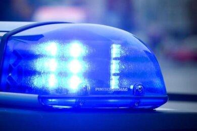 Eine leblose Frau hat die Polizei bei Bockau im Erzgebirge gefunden.