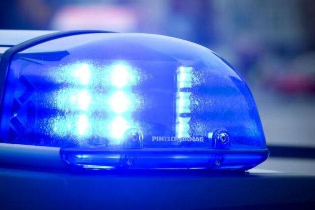 Auto kracht in Lkw: 200 Liter Öl laufen aus - Lengenfelder Straße voll gesperrt
