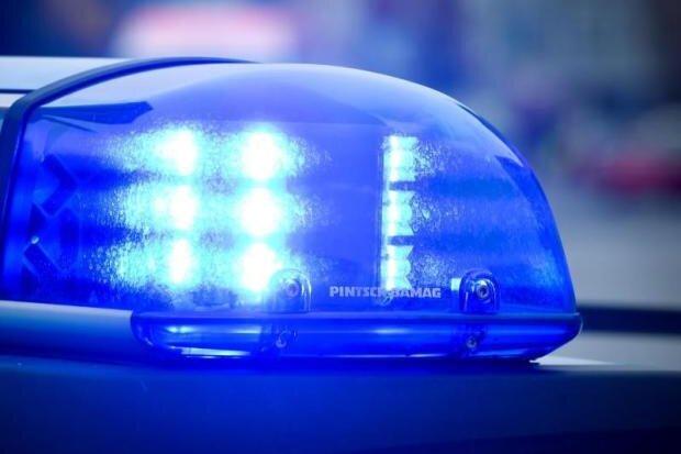 Nissan durchbricht Parkhauswand - Fahrerin schwer verletzt