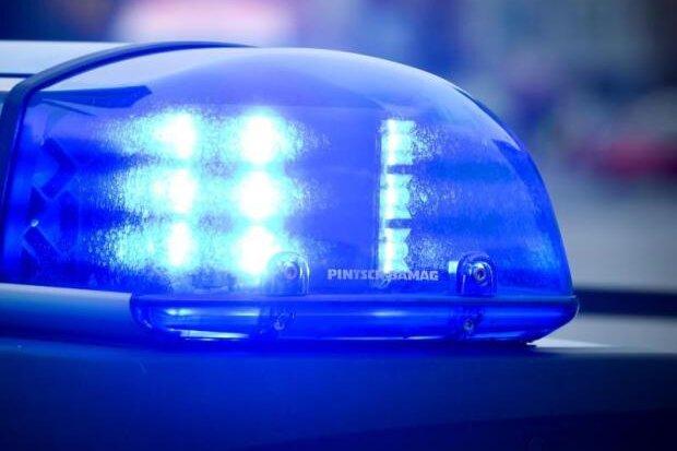 Unbekannte bedrohen 18-Jährigen und verletzten ihn leicht