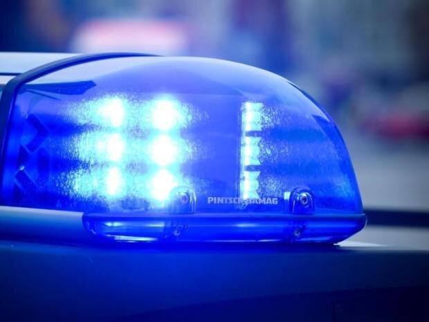 Unbekannter bedroht 20-Jährigen mit Messer