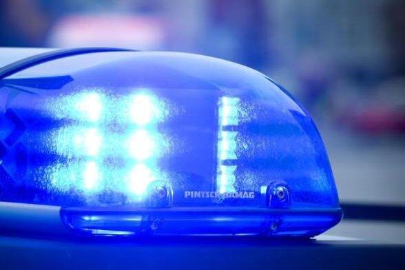 Unbekannte haben aus einem Autohaus in Glauchau Autoreifen im Wert von 40.000 Euro egstohlen.