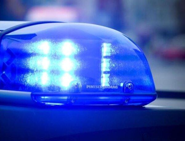 Parolen gerufen und Polizisten angegriffen