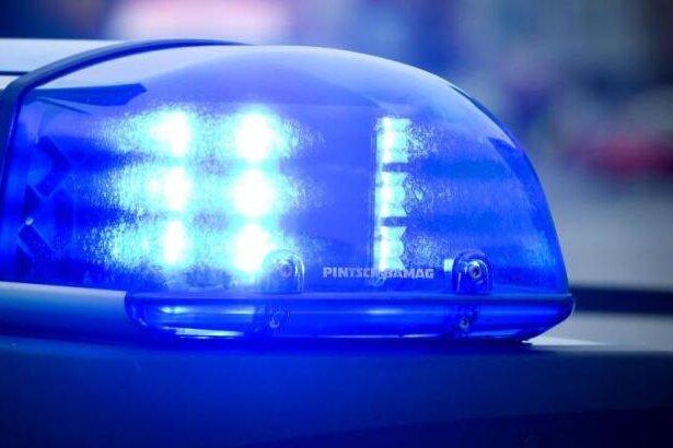 Auto im Dresdner Ortsteil Cossebaude geht in Flammen auf
