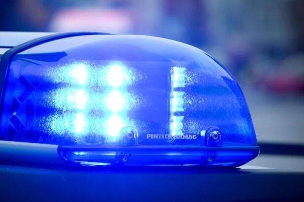 Mann prallt mit Wagen gegen Mauer: In Klinik gestorben