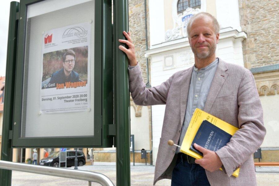 Jörg Pitschmann ist seit Spielzeitbeginn der neue Generalmusikdirektor der Mittelsächsischen Philharmonie, hier auf dem Buttermarkt in Freiberg.
