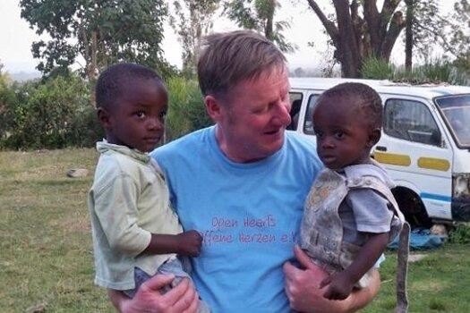 Der Augustusburger Handwerker Frank Krumbiegel in Chwele (Kenia).