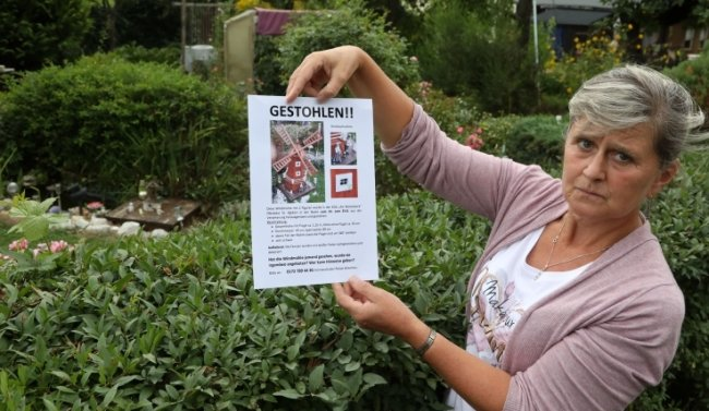Dana Reinhold, Vorsitzende des Kleingartenvereins zeigt das Plakat, mit dem die Gartenfreunde auf den Verlust hinweisen wollen.