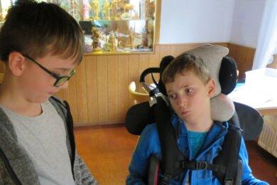 Tim (links) ist neu an der Schule und wollte Ulli unbedingt kennenlernen. Als Geschenk brachte er ihm einen neuen Lego-Bausatz mit.