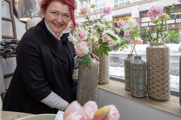 Katrin Frohberg hat das Schaufenster umdekoriert und liefert an Kunden.