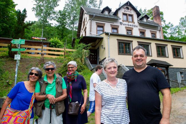 Dieses Mal hat es mit dem Essen in der Barthmühle bei Andrea und Miodrag Djurdjevic (rechts) noch nicht geklappt. Denn die Wirtsleute eröffnen erst am Samstag. Doch die drei Touristen aus dem Ruhrgebiet - von links: Gladys und Ciro Andrade, Lisa Overmeyer - wollen unbedingt wiederkommen.