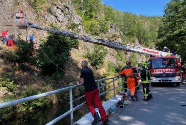 Der verunglückte Kletterer wurde von den Kameraden des Bergbau- und Höhenrettungszugs der Stadt Annaberg-Buchholz geborgen. Der 60-Jährige kam schwer verletzt in ein Krankenhaus.