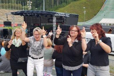 Ina Pastor, Heike Höpfner, Andrea Weiß und Simona Baumann (von links= arbeiten bei der Arbeiterwohlfahrt in Treuen. Sie hatten bei der Party in der Vogtland-Arena Klingenthal jede Menge Spaß.