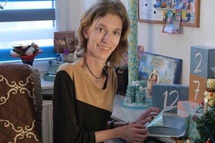 Sandra Hauptmann in ihrer Wohnung in Freiberg: Kleine Geschenke hat sie für die Familie vorbereitet und liebevoll verpackt. Ihr kleiner Hund Jack ist immer dabei. Er hilft der jungen Frau, mobil zu bleiben. Mit ihrem Rollstuhl dreht sie mit ihm die Runden im Freien.