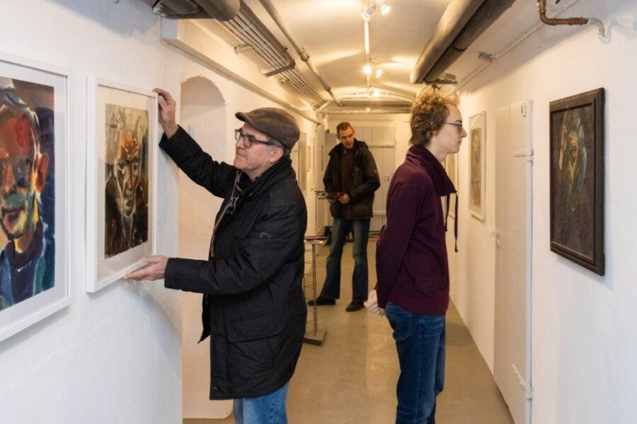 Der Kunstkeller Annaberg ist in den vergangenen Monaten renoviert worden. Dabei kam nicht nur frische Farbe an die Wände. Im Bild Lothar Sachs (links), Bruno Seifert und Jörg Seifert (hinten Mitte).