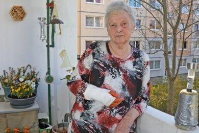 Die Hand ist noch verbunden: Heidi Weber musste nach einem Missgeschick in der Straßenbahn operiert werden.