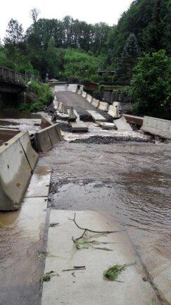 Teile der Behelfsstraße an der Brückenbaustelle in Hennersdorf sind durch das Hochwasser weggespült worden.