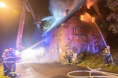 Dieses Wohnhaus sowie zwei Fabrikgebäude sind in der Nacht zu Montag teils komplett ausgebrannt.