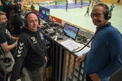 Im Spiel gegen den USV Halle kam die Liveübertragung erstmals zum Einsatz. Kommentator Thomas Reibetanz (l.) hatte den ehemaligen HSG-Trainer und KSB-Präsidenten Volker Dietzmann als Experten dabei.