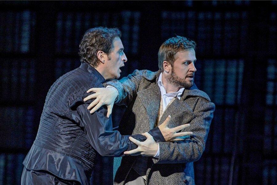 Marquis Posa (Andrej Bondarenko, rechts) kann seinem Freund Don Carlo (Riccardo Massi) nicht helfen.