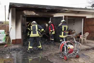 Eine Garage an der Hauptstraße in Langhennersdorf hat am Montagvormittag gebrannt.