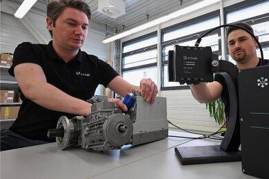 Christian Groß (links) und Marco Neubert von der Firma In.Hub bauen Technik für Messungen auf.