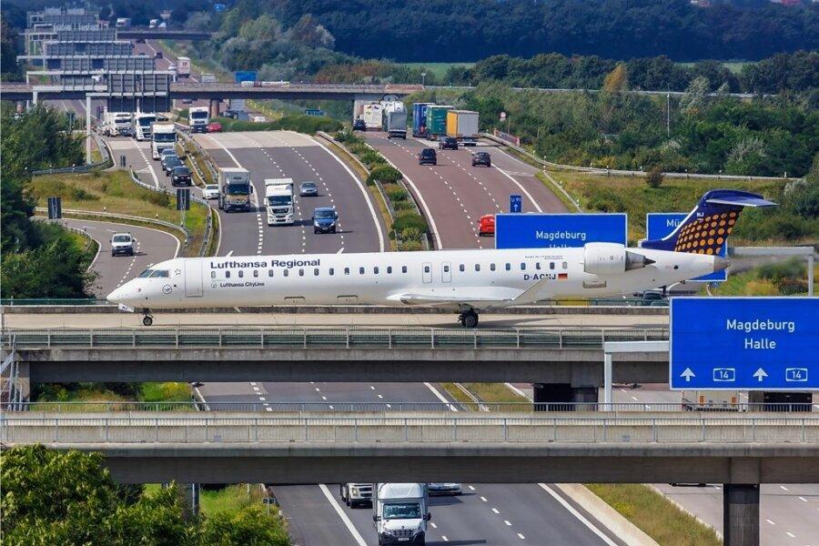 Ein Bombardier-Flugzeug überquert am Flughafen Leipzig/Halle die Straße. Auch beim Verkehr wird es an die klimaschädlichen Subventionen gehen müssen.