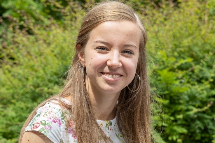 Julia Arsenic besuchte das Wirtschaftsgymnasium in Annaberg-Buchholz und schaffte dort das Abi mit einem Durchschnitt von 1,0.