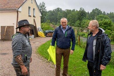 Beim Ortstermin Anfang Juli hatten Vereinschef Danilo Lenhardt, Jens Krug (Mitnetz) sowie Sachsens Kleingärtner-Präsident Tommy Brumm (von links) die Lösung vereinbart, die jetzt umgesetzt ist.