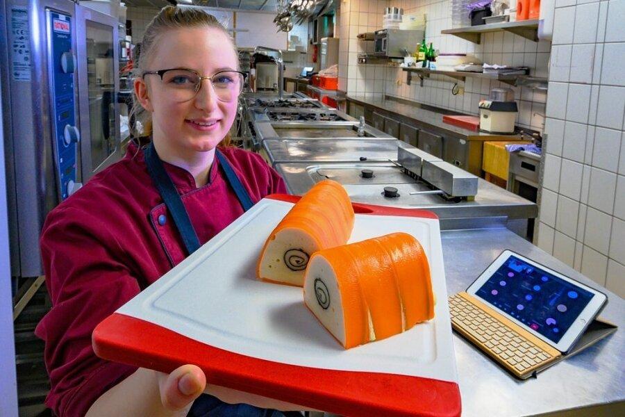 Nur Übung macht den Meister: Auszubildende Joan Heil (19) mit ihrer selbst zubereiteten Terrine vom Landhuhn im Karottenmantel.