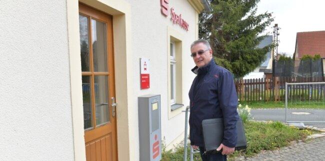 Bürgermeister Bernd Hubricht (CDU) vor der künftigen Arztpraxis.