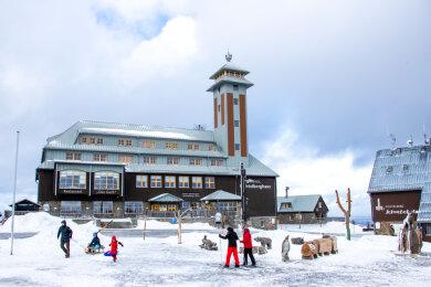 Die Anzahl der Übernachtungen im Erzgebirge ist 2020 mit rund 2,17 Millionen um 32,1 Prozent zurückgegangen. Im Bild der Fichtelberg, ein beliebtes Ausflugsziel im Erzgebirge.