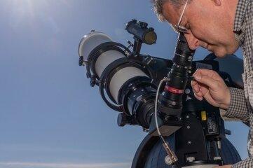 Mit dem neuen 280-mm-Spiegelteleskop samt Refraktor auf der Plattform sind tagsüber Sonnenbeobachtungen möglich.