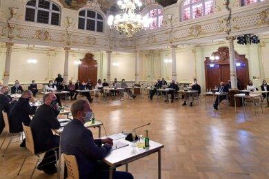 """Die Stadtratssitzungen in Hainichen finden seit November im Saal des """"Goldenen Löwen"""" statt. Hier können die Sicherheitsabstände zwischen den Anwesenden gut eingehalten werden."""