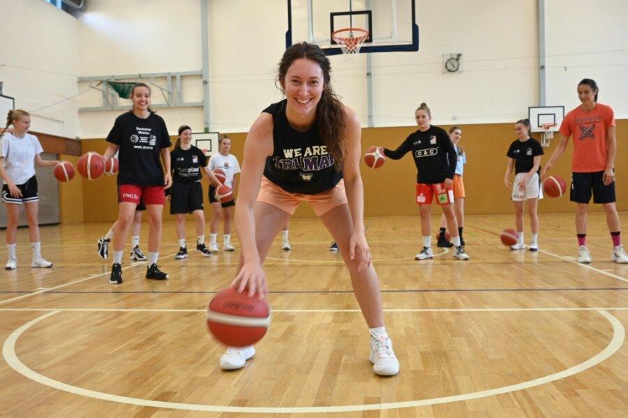 Courtney Strait (vorn) verstärkt in dieser Saison die Zweitligabasketballerinnen der Chemcats. Das Team startet am 18. September mit einem Pokalspiel in die neue Saison, wobei der Gegner noch nicht feststeht. Eine Woche später starten dann die Punktspiele.