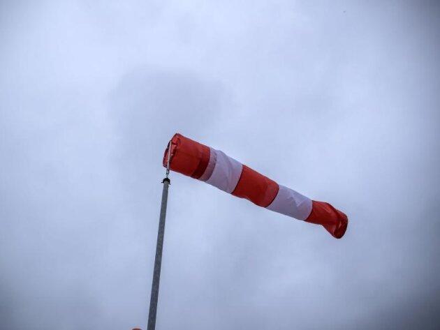 Ein Windsack weht im Wind.